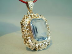 Pendant with blue spinel