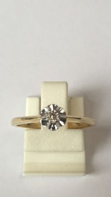 Yellow gold solitaire ring with brilliant in white gold mirror chaton setting. Ring size 16.25 (51)