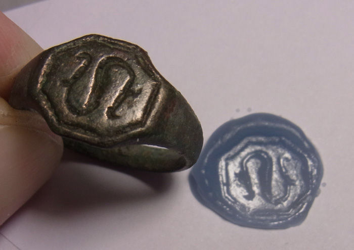 Heavy medieval signet ring with snake motif - 20.2 mm
