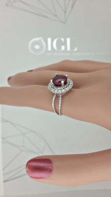 IGL 5.21 ct round red ruby and diamond ring made of 18 kt white gold