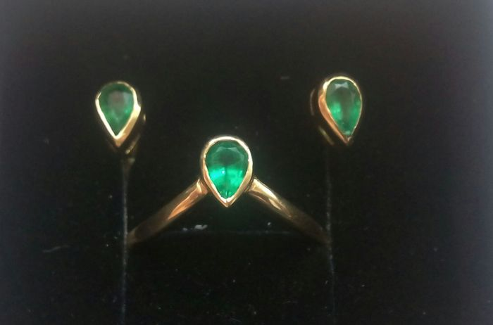 Earrings and ring with emeralds and 18 kt gold