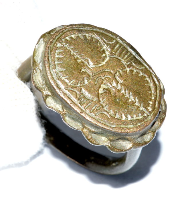 Medieval bronze ring with floral motifs engraved on Bezel - 19 mm / UK size P / USA size 7 3/4