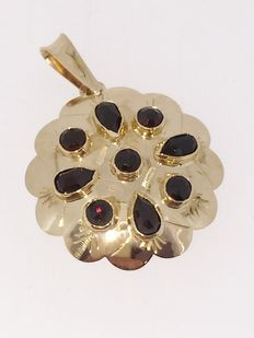 Gold pendant with garnet