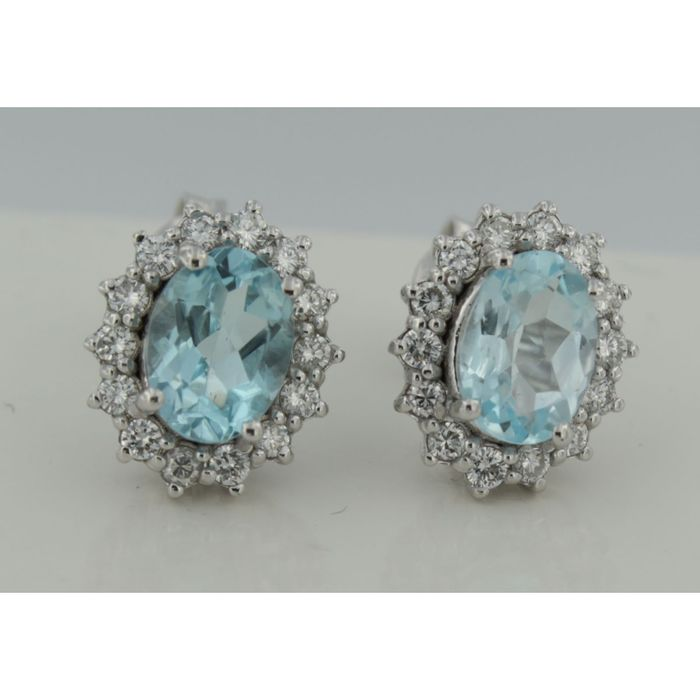 14 kt white gold rozet ear studs with brilliant cut diamond and oval topaz.