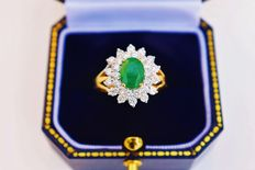 "18 kt Yellow gold  cluster ring with 1.55 ct Emerald and 28 Diamonds totalling 1.00 ct – LG Certified """" no reserve price"""""