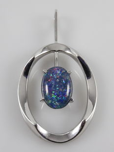 18 kt white gold pendant with opal, length is 49 mm
