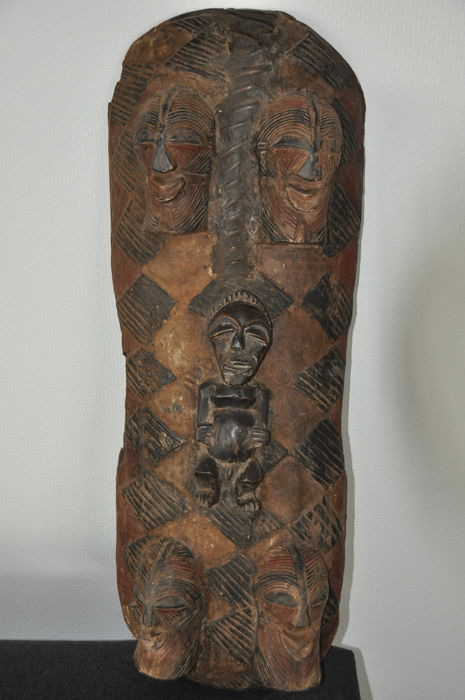 African shield with 4 Kifwebe masks and a Nkisi statue - SONGYE