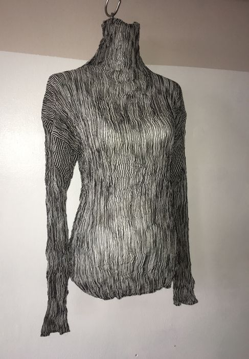 73f8fc1c5dc0 Issey Miyake Pleats Please – Pull col roulé très fin. - Catawiki