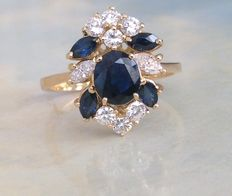 18 kt yellow gold entourage ring set with sapphire of approx. 1.50 ct and diamonds of approx. 0.60 ct, Top Wesselton / VVS