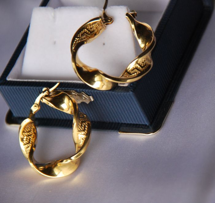 18 kt gold earrings. Diameter: 2.8 cm