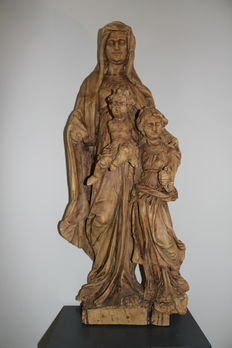 Impressive and beautifully carved walnut sculpture of Anna te Drieën - Flanders - approx. 1700