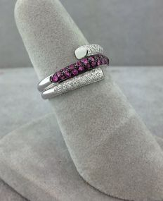14 kt white gold ring set with diamonds and pink sapphires