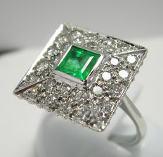 Ring made of 18 kt white gold, emerald and diamonds 0.96ct G/VS, 5.20g-. Ring size: 14,5 (Italy), inner diameter: 17.4 mm.