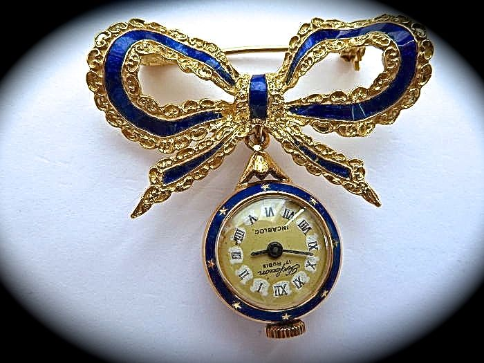 Brooch with tooled bow and watch pendant – 18 kt gold – 1940s-50s.