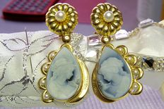 Earrings – 18 kt gold with agate and natural freshwater pearls, length: 55.56 mm