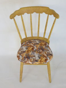 Pair of restored and upholstered wooden chairs with original print of Geishas, Spain, first third of the 20th century