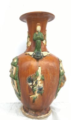 Terracotta vase with handles, featuring 2 figures in Sancai decoration style – China, 19th Century