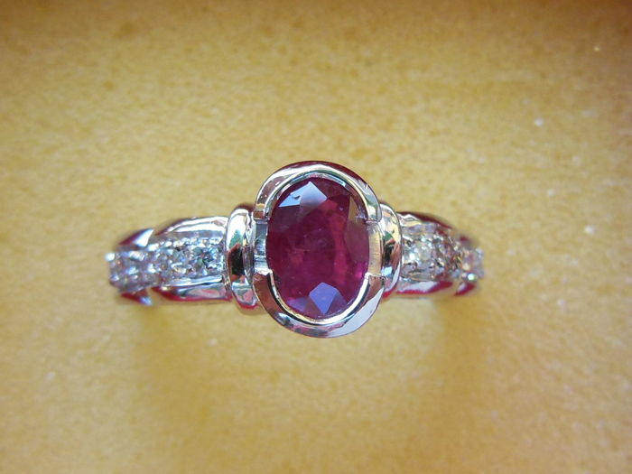 Gold ring with ruby and 10 diamonds.