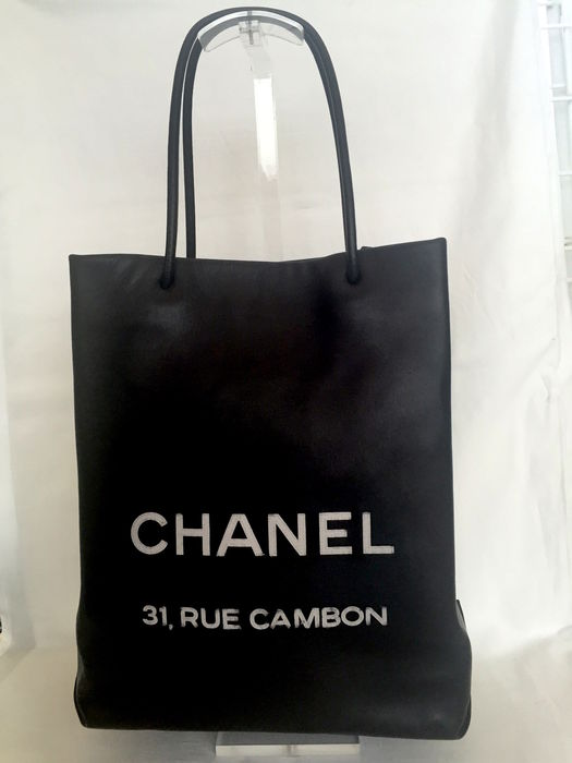 78048ab7bc59 Chanel – Leather shopping tote bag - Catawiki