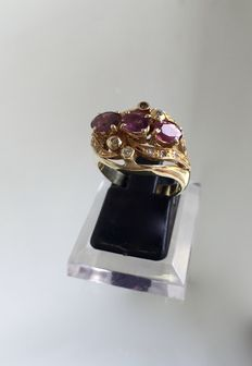 18kt Gold ring with rubies and diamonds - size 14