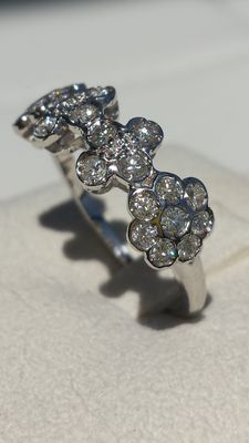 Ring with diamond flowers weighing 0.79 ct