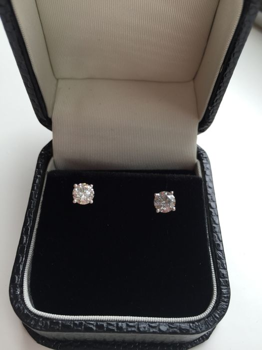 18 kt gold ear studs set with diamonds, 0.60 ct in total - 4.30 mm