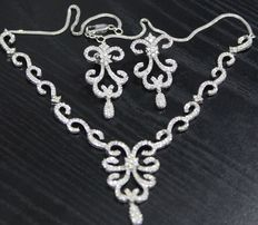 Gold diamond-set with 6.52 ct diamonds – necklace with matching long chandelier earrings and chain in white gold