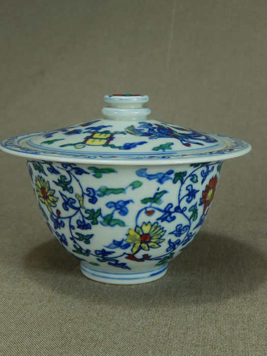 Porcelain doucai bowl with lid, marked - China - second half of 20th century