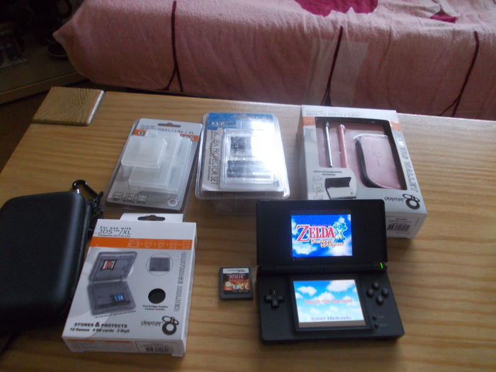 nintendo ds lite with 2 games zelda more and accessories catawiki. Black Bedroom Furniture Sets. Home Design Ideas