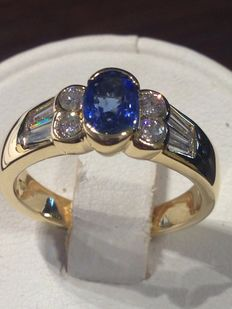 Gold ring with sapphire and 8 diamonds