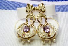 12 kt gold vintage earrings with well set amethysts and pearls.