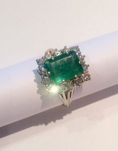 Ring set with an emerald and 14 diamonds