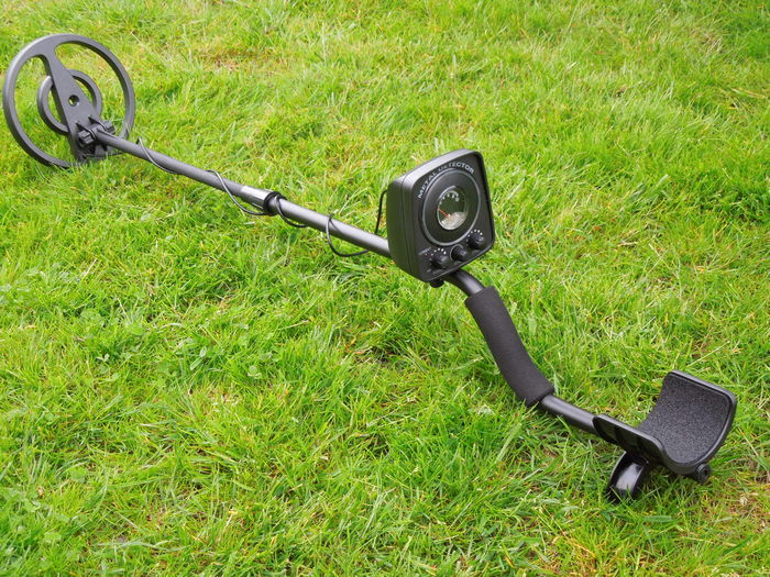 Coinfinder metal detector with an open waterproof search coil / and led disc lighting
