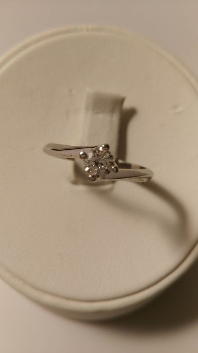 18 kt white gold ring with brilliant cut diamond