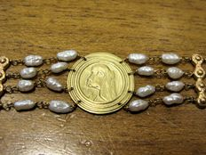 Lovely bracelet in 18 kt yellow gold with white pearls from circa 1940s