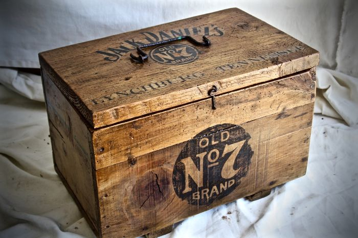 Old wooden box with printed jack daniel 39 s logo catawiki for Old wooden box ideas
