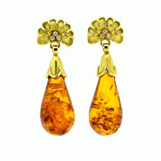 Gold earrings with diamonds and natural honey-coloured Baltic amber