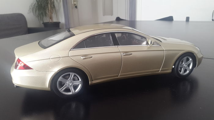 Kyosho scale 1 18 mercedes benz cls color gold catawiki for Gold mercedes benz price