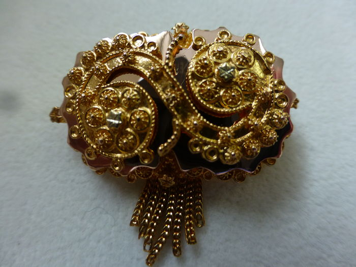 Broche antique en or.