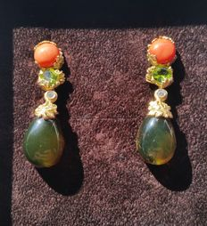 Massimo Izzo – 18 kt yellow gold earrings with Sciacca coral, diamonds, peridot, and Santo Domingo amber