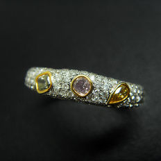 18K gold ring with 0.57ct of coloured diamonds