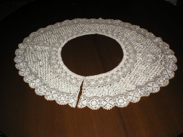 A reticella needlepoint lace collar, probably Italy, late 19th century