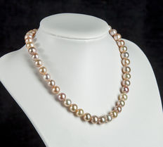 Pearl Necklace of 46 Round Varicoloured Freshwater Pearls - lustre in shades of rose nuances