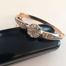 Gold bracelet with diamond