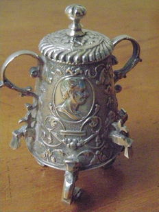 Silver miniature pot with three faucets and medallions, Pieter van Somerwil I, Amsterdam, ca. 1720