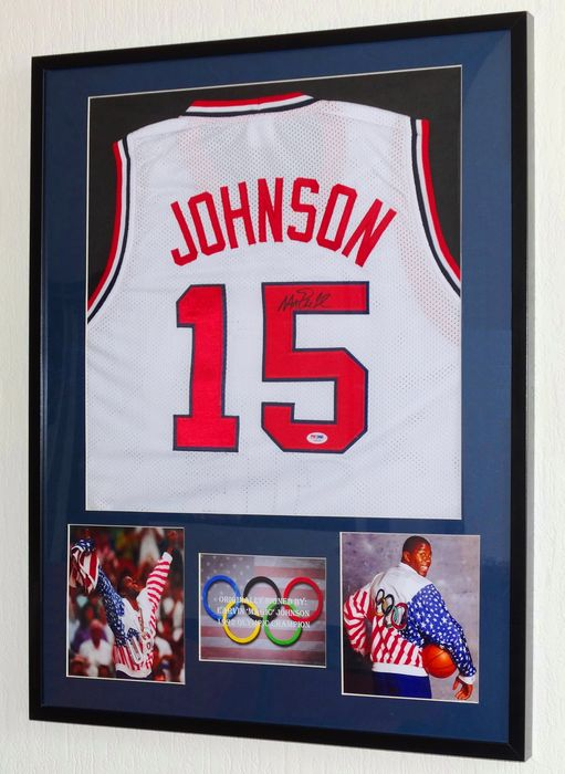 "Beautifully framed and original 1992 USA Olympic jersey with authentic autograph from Earvin ""Magic"" Johnson + Certificate of Authenticity van PSA"