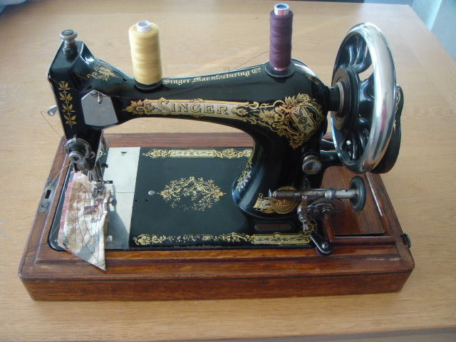 Beautifully Decorated Manual Sewing Machine From The Singer Stunning The Singer Company Sewing Machines