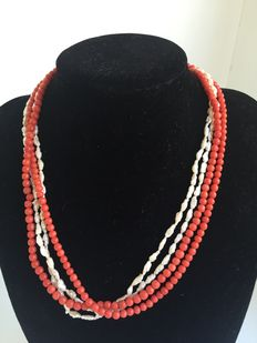 Necklace with two strands of red coral beads and two strands of freshwater pearls, 18k gold clasp; lenght: 42 cm