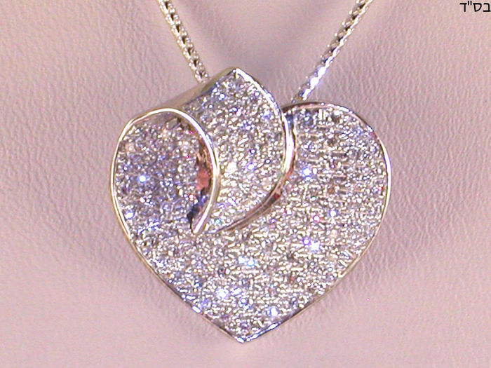 Gold necklace and diamond heart pendant - 1.15 ct in total.