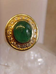Gold ring – 14 kt – 585 – With a large cabochon cut emerald and diamonds.